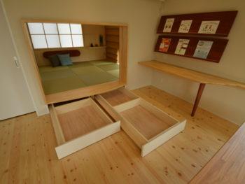 引き出しを出した和室の写真です